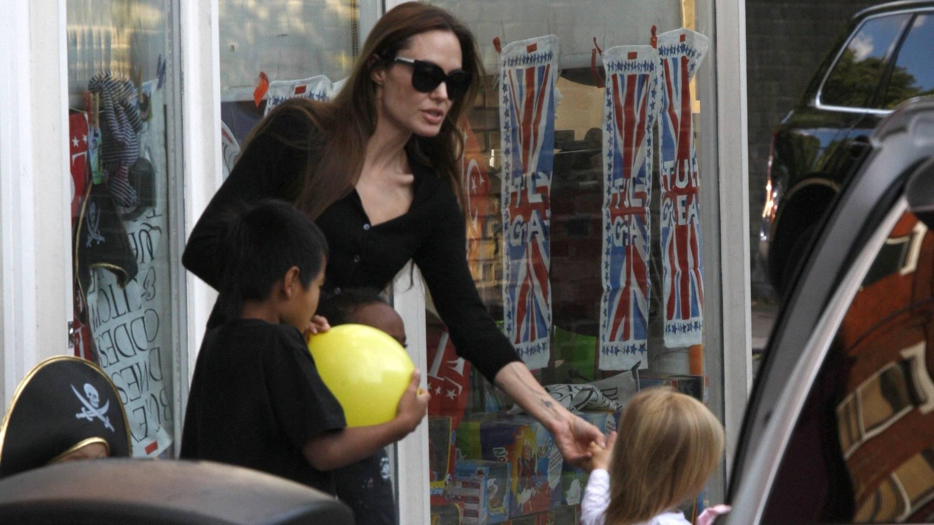 Sozinha, atriz Angelina Jolie leva os filhos para passear em Londres (9/8/11)