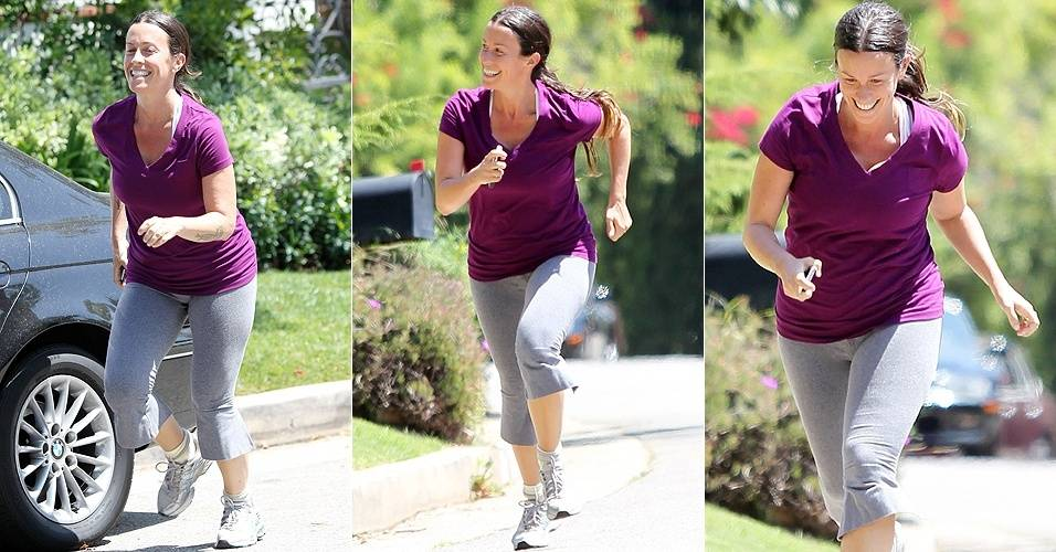 Oito meses após dar à luz um menino, a cantora Alanis Morissette corre para tentar entrar em forma, nas ruas de Brentwood, na Califórnia (11/1/8/11)