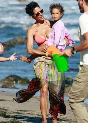 Halle Berry com a filha Nahla Aubry em Malibu, na Califórnia, em 2011