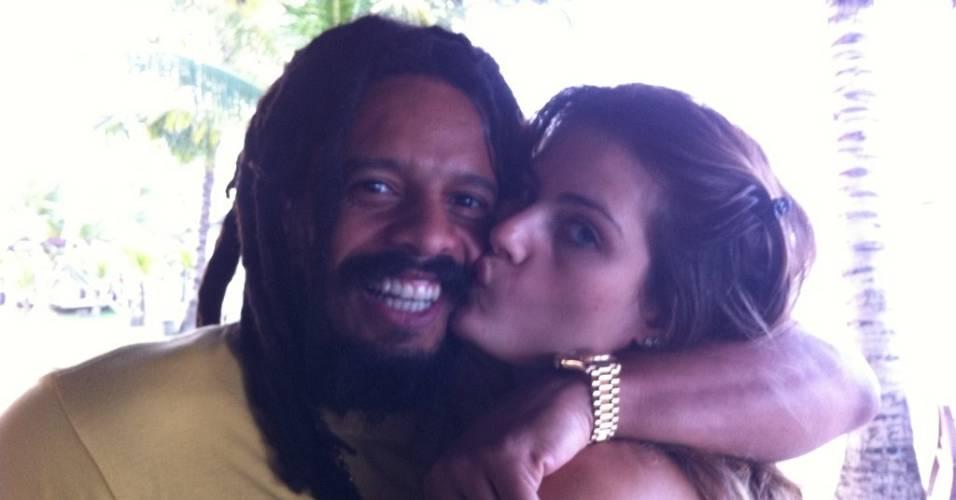 Isabeli Fontana posta foto ao lado de Rohan Marley em Porto de Galinhas (14/8/2011)