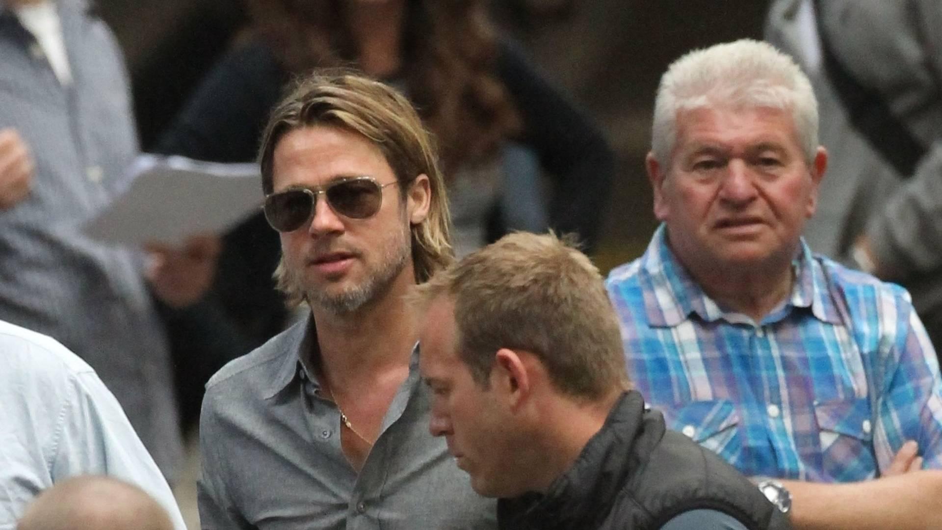 Brad Pitt e a mulher Angelina Jolie são vistos na estação de trem de Euston em Londres, com os filhos. O casal pegou um trem rumo a Glasgow na Escócia, onde Brad Pitt está a filmar o seu próximo filme