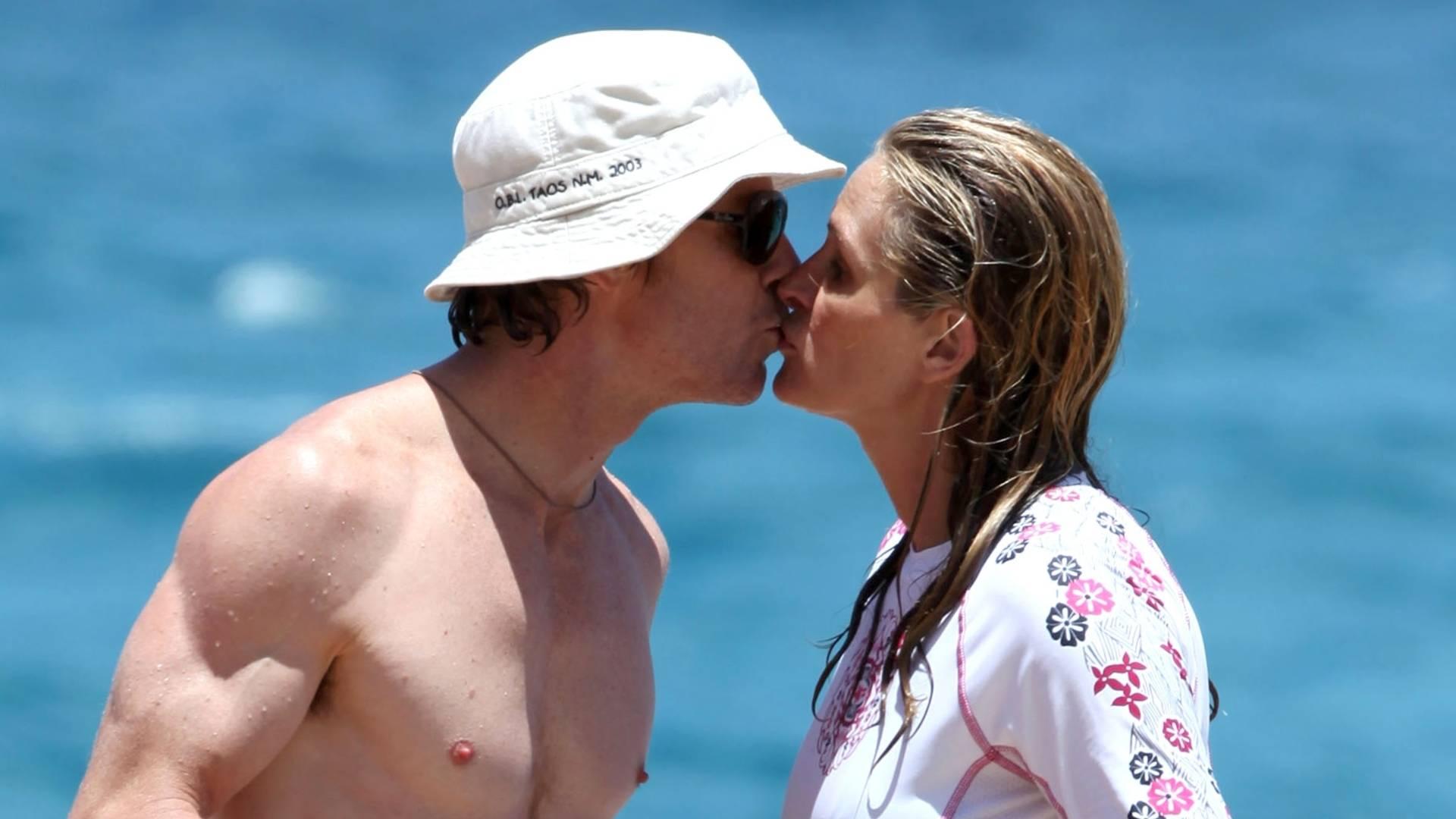 Em clima de romance, Julia Roberts e o marido Danny Moder curtem férias no Havaí (16/8/11)