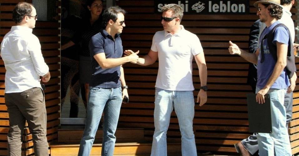 O piloto de Fórmula 1 Felipe Massa se despede do apresentador Luciano Huck na saída de um restaurante japonês no Rio de Janeiro. Aproveitando que o piloto está em terras cariocas, Luciano convidou o amigo para um almoço na zona sul (17/8/11)
