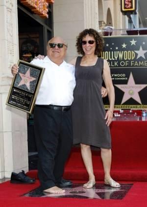 Danny DeVito e sua mulher, Rhea Perlman, posam para fotos durante a cerimônia de inauguração da estrela com o nome do ator na Calçada da Fama, em Hollywood, Califórnia (18/8/11)
