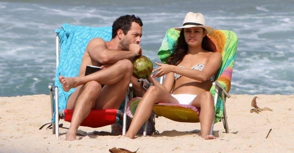 Malvino Salvador e Sophie Charlotte vão juntos à praia de Ipanema, na zona sul do Rio de Janeiro (18/8/2011)