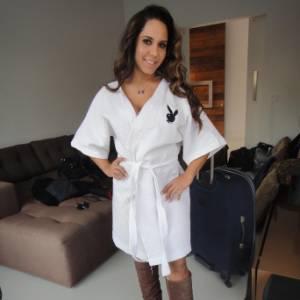 Renata Frisson, a Mulher Melão, posa de roupão com o símbolo da Playboy estampado (17/8/11)