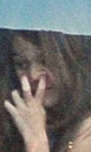 Filha do ator Tom Cruise, Suri Cruise aparece com dedo no nariz durante voo de helicóptero em Nova York (17/8/11)