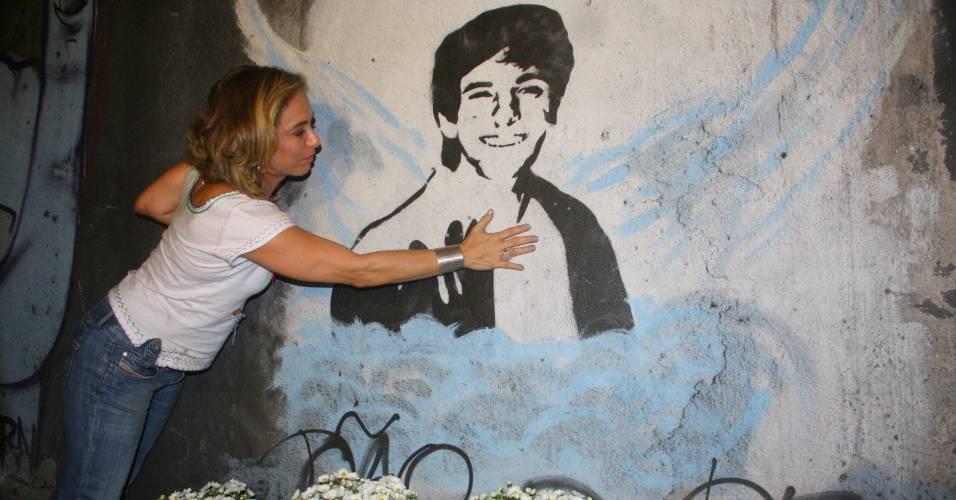 Cissa Guimarães na homenagem ao filho Rafael Mascarenhas no túnel onde o rapaz morreu, no Rio de Janeiro (18/8/2011)