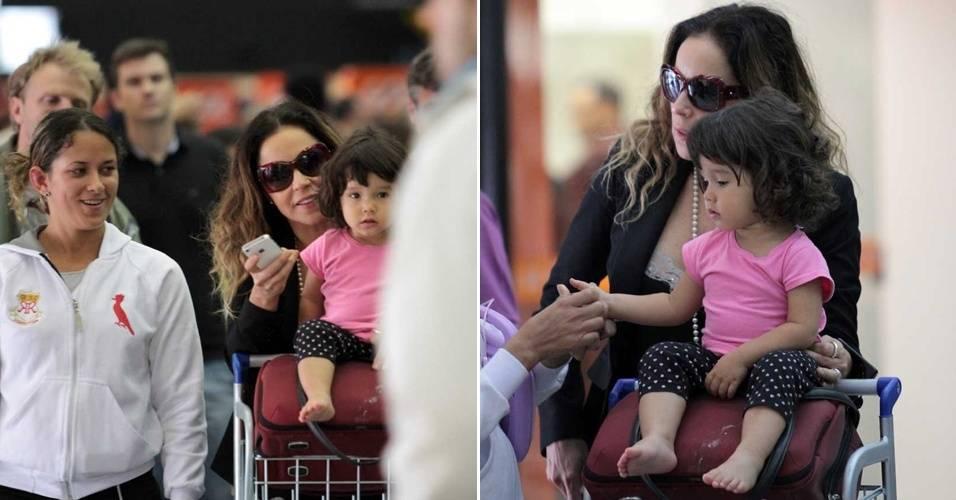 Daniela Mercury foi fotografada pela primeira vez ao lado da filha Ana Isabel, 2, no aeroporto de Congonhas, em São Paulo. A menina está em processo de adoção pela cantora e por seu marido, o empresário Marco Scabia (19/8/11)