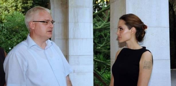 Angelina Jolie (à dir.) encontra presidente da Croácia, Ivo Josipovic (19/8/11)
