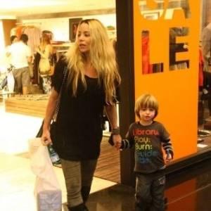 Atriz Danielle Winits passeia com o filho Noah em shopping do Rio de Janeiro (20/8/11)