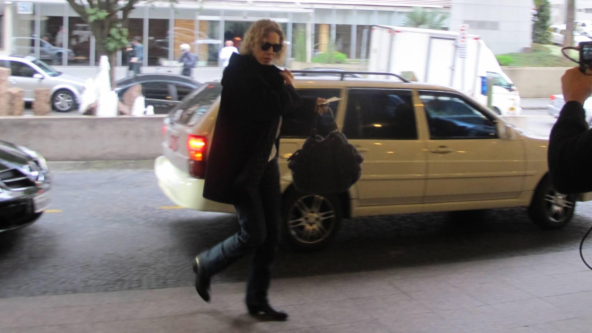 A apresentadora Marília Gabriela chega ao hospital Sírio Libanês para visitar o ator Reynaldo Gianecchini, seu ex-namorado, em São Paulo (22/8). O médico do ator disse que Gianecchini deve começar as sessões de quimioterapia nesta segunda (22)