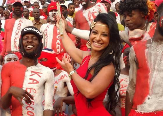 Cinthia Santos posa em Angola com a torcida do time Focus Palanca (22