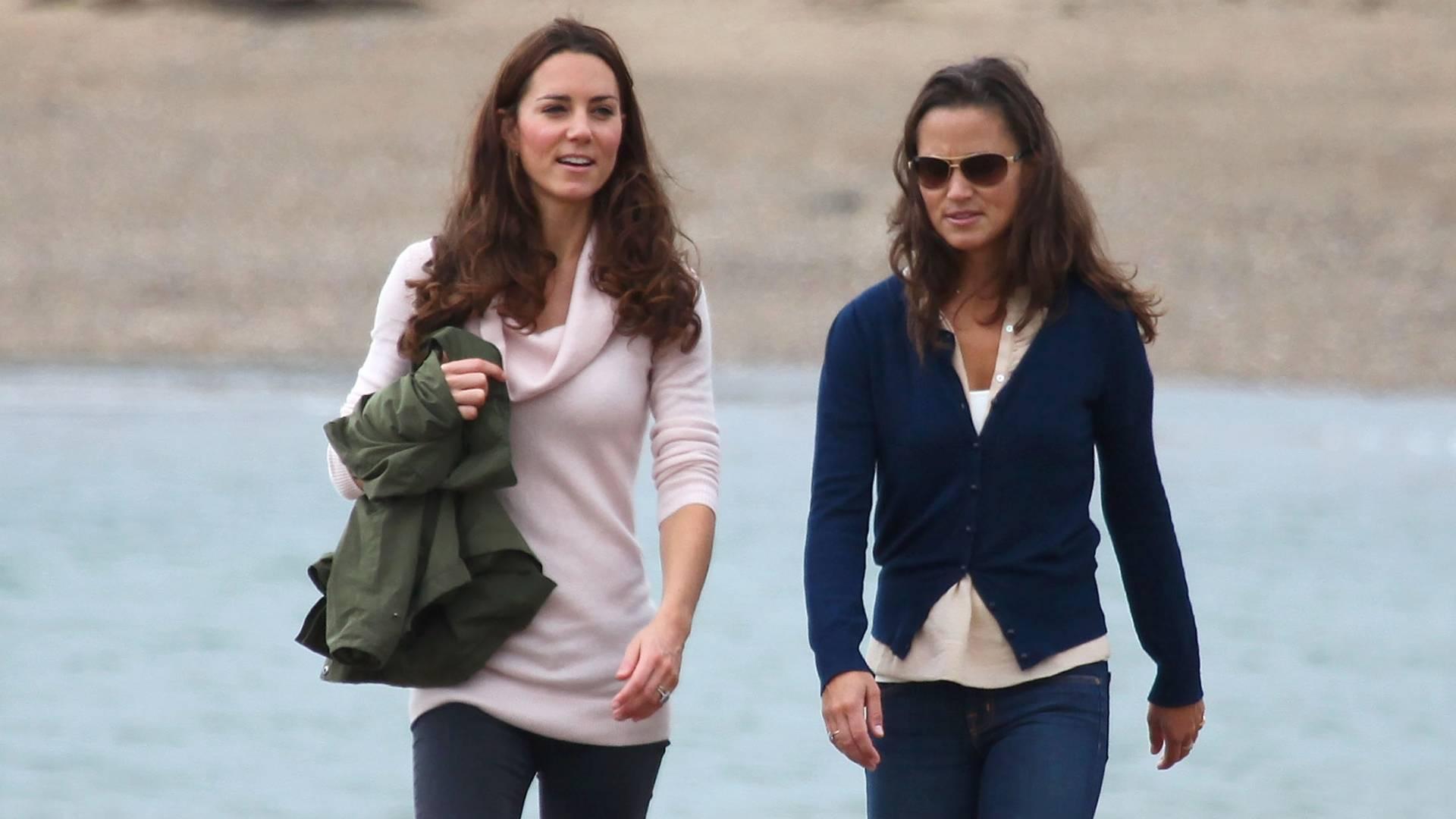 As irmãs Kate e Pippa Middleton fazem caminhada na ilha de Llanddwyn, no País de Gales (20/8/11)