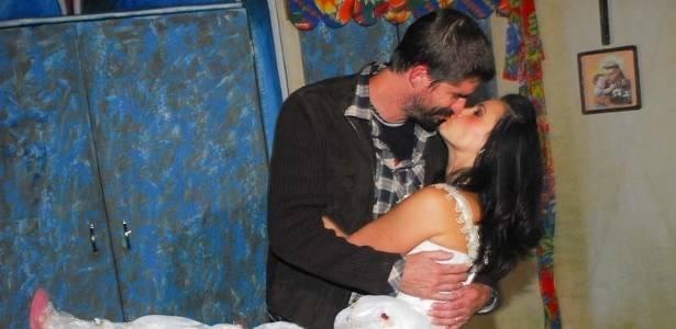 Ex-Tiazinha estreia peça em São Paulo e ganha beijo do marido (22/8/11)