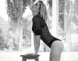 De salto alto e blusa de renda, Thaís Fersoza faz ensaio sensual para revista