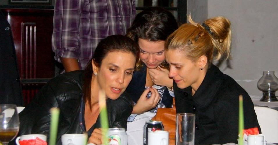 Ivete Sangalo, Fernanda Souza, Carolina Dieckman e Thiaguinho durante jantar no Rio em que a cantora reuniu amigos (23/8/11)