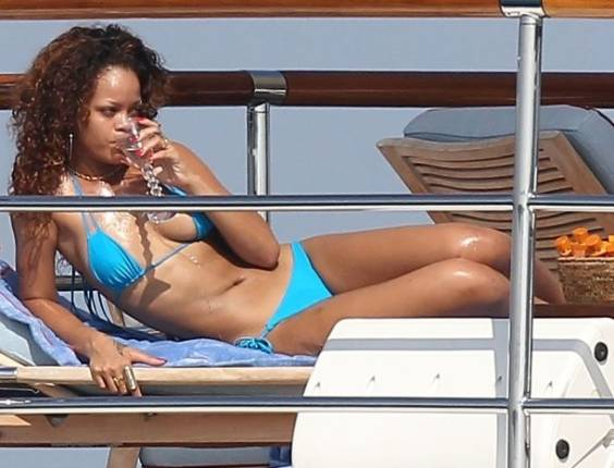 Rihanna exibe boa forma durante frias na Frana (23/8/11)