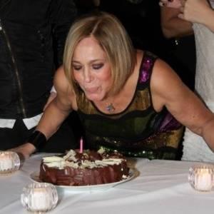 Susana Vieira completa 69 anos e assopra a velinha em restaurante no Rio de Janeiro (23/8/11)