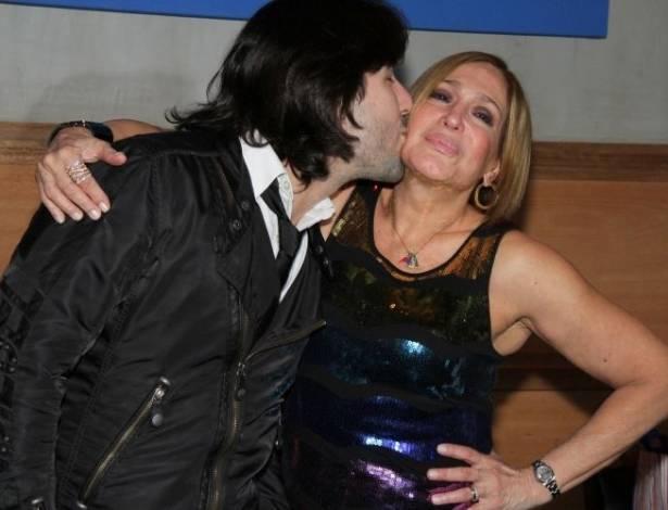 Susana Vieira completa 69 anos e ganha beijo do namorado, Sandro Pedroso, durante comemoração em restaurante no Rio de Janeiro (23/8/11)