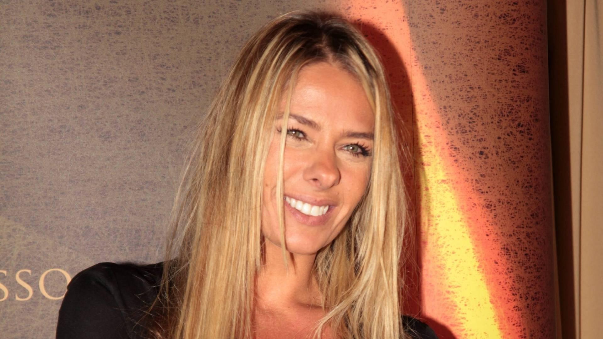 Adriane Galisteu capricha no decote durante evento em São Paulo (24/8/11)
