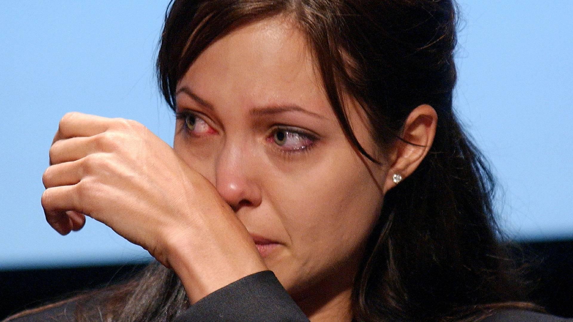 Angelina Jolie chora durante cerimônia pelo Dia Mundial do Refugiado em Washington DC (20/6/2003)