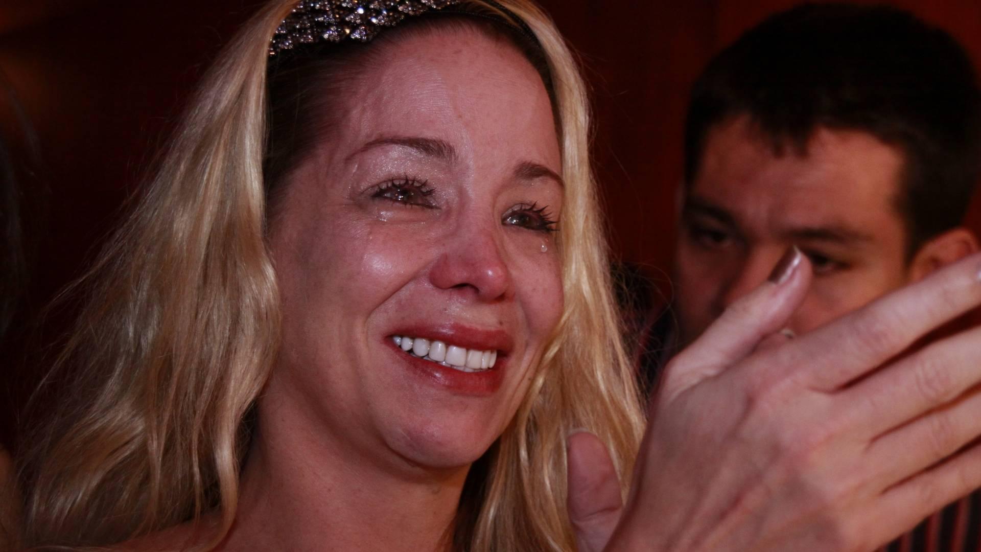 Danielle Winits se emociona durante apresentação do musical