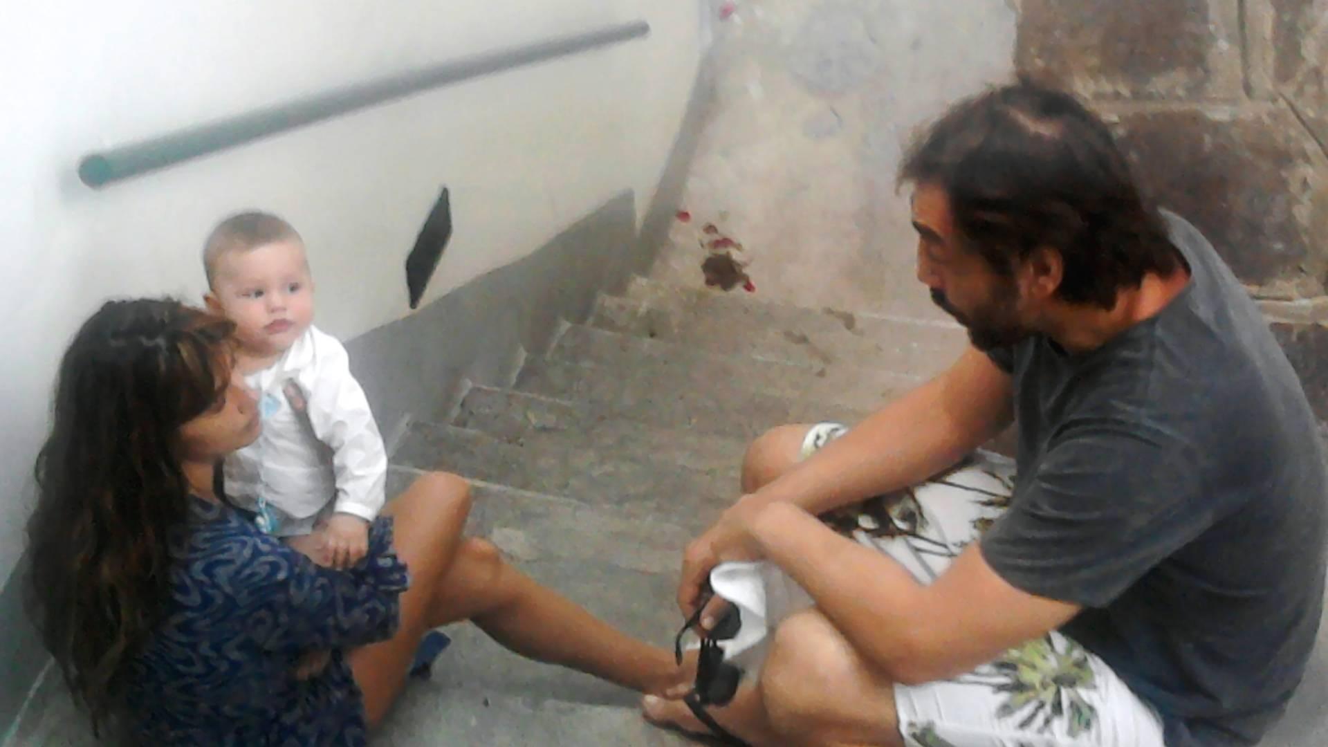Penélope Cruz e Javier Bardem brincam com o filho Léo (agosto/2011)