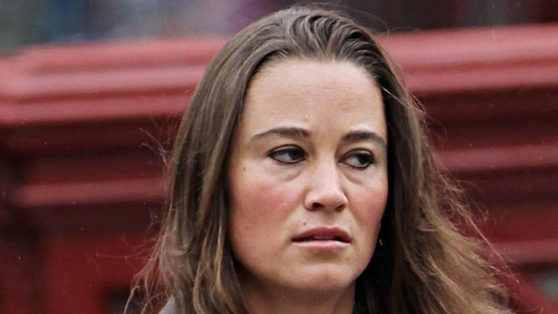 Pippa Middleton aparece abatida depois de um dia de trabalho e muita chuva em Londres (23/8/11)