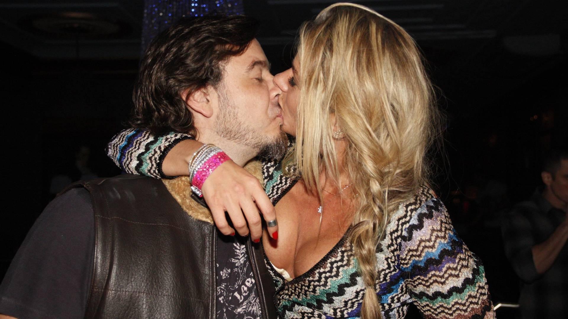 Adriane Galisteu beija marido, Alexandre Iódice, em festa de aniversário de Caio Fischer (26/8/2011)