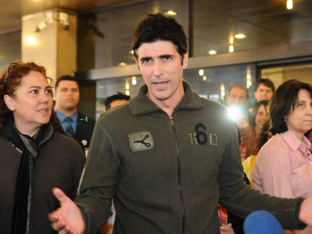 O ator Reynaldo Gianecchini conversa com a imprensa ao receber alta do hospital Sírio-Libanês, em São Paulo (26/8/11)