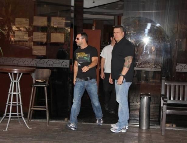 Namorado de Ricky Martin, Carlos Gonzáles Abella, é fotografado ao sair de churrascaria no Rio (27/8/11)