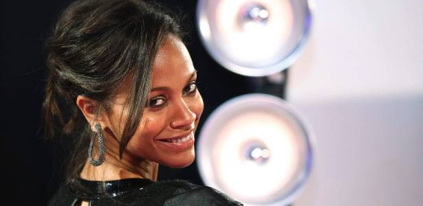 A atriz Zoe Saldana faz pose no 'tapete preto' do Video Music Awards, em Los Angeles (28/8/2011)