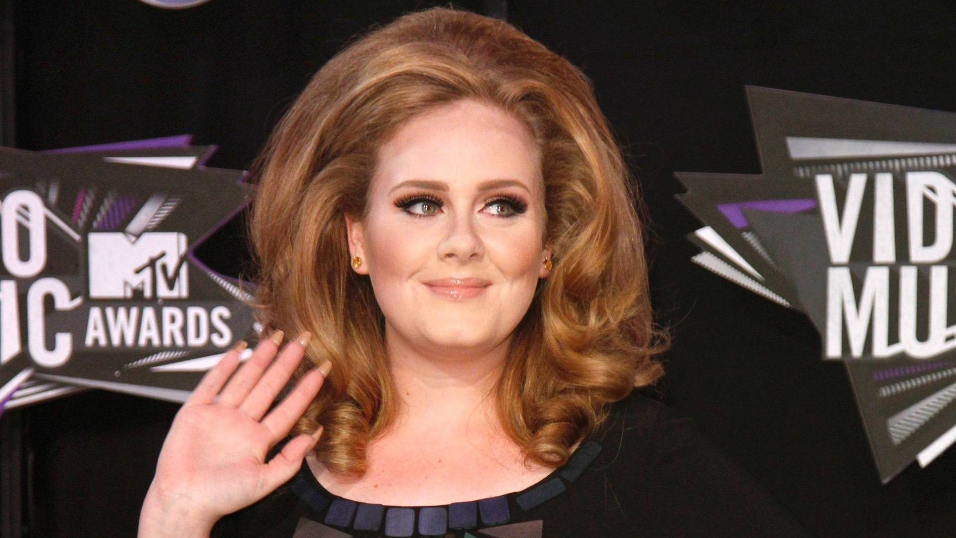 A cantora Adele acena no 'tapete preto' do Video Music Awards, em Los Angeles (28/8/2011)