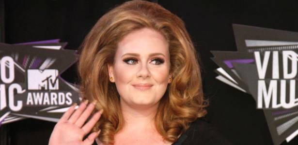 A cantora Adele acena no 'tapete preto' do Video Music Awards, em Los Angeles (28/8/2011)