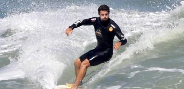 Cauã Reymond surfa na Prainha, Rio de Janeiro (28/8/11)