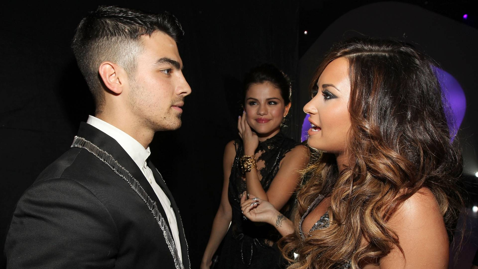 Joe Jonas e Demi Lovato conversam ao chegarem ao Video Music Awards 2011, em Los Angeles (28/8/2011)