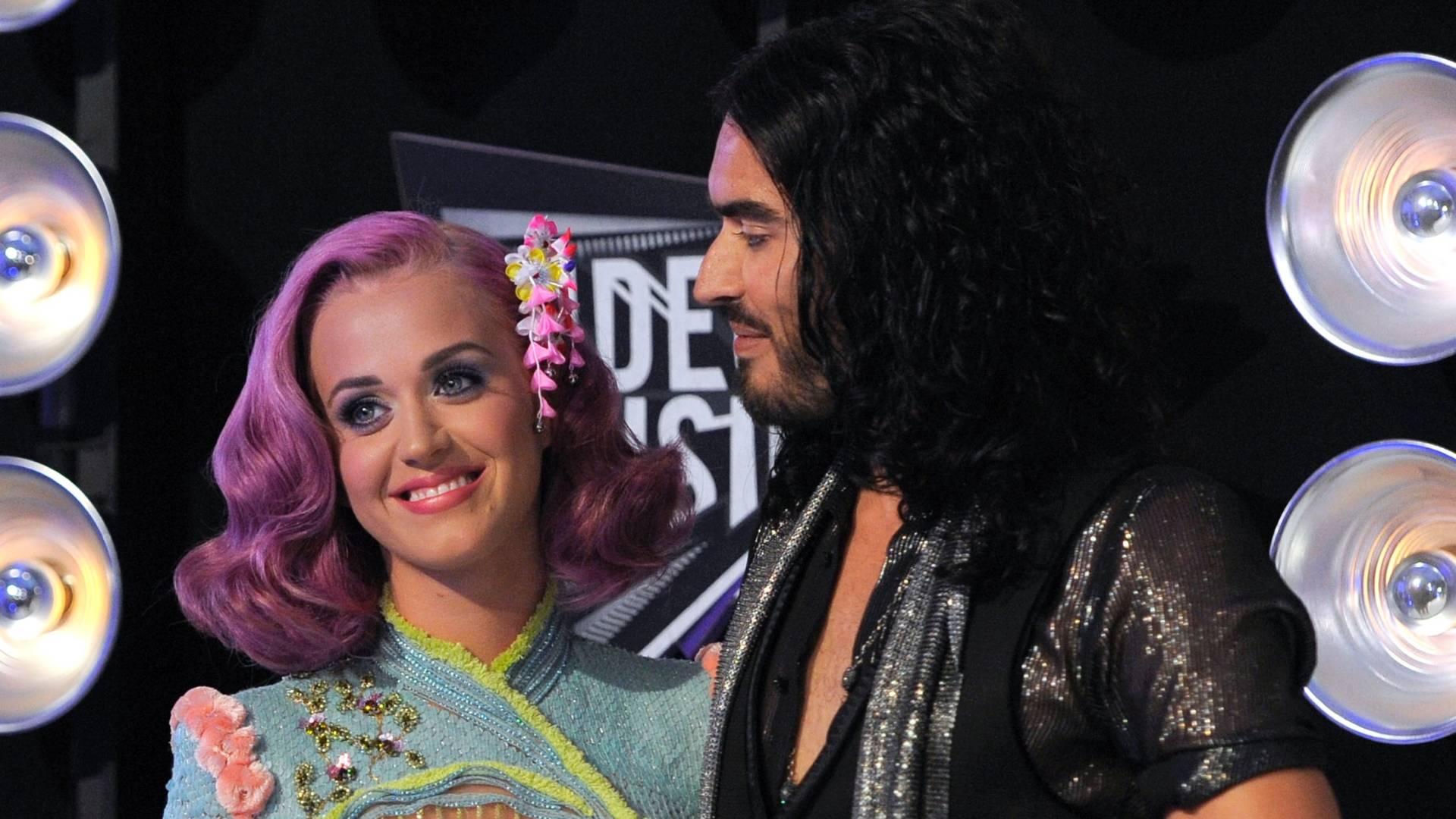 Katy Perry e Russell Brand posam abraçados na chegada ao Video Music Awards 2011, em Los Angeles (28/8/2011)