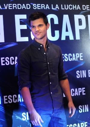 """Taylor Lautner posa para fotos durante coletiva do filme """"Sem Saída"""", na Cidade do México (30/8/11)"""