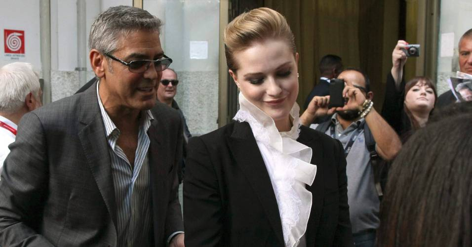 George Clooney e a atriz Evan Rachel Wood distribuem autgrafos aos fs em Veneza. Eles esto na cidade italiana para divulgarem o filme 