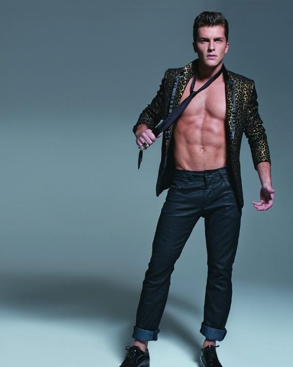 http://m.i.uol.com.br/celebridades/2011/08/31/klebber-toledo-o-guilherme-de-morde-e-assopra-faz-ensaio-sensual-para-revista-agosto2011-1314812839242_600x750.jpg