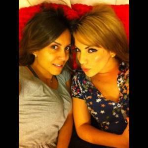 Lia posta foto ao lado da amiga Anamara (30/8/2011)