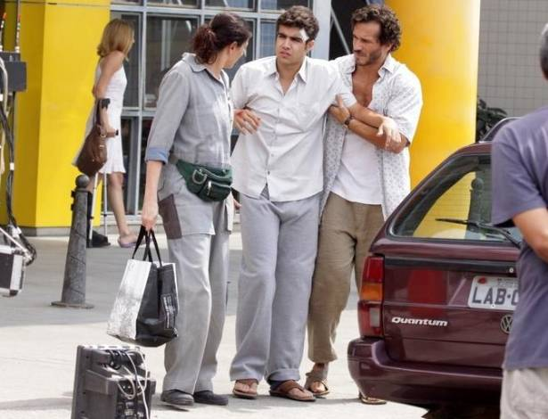 O ator Caio Castro grava cena em hospital acompanhado de Lilia Cabral para