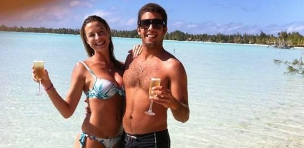 O namorado de Luana Piovani, Scooby, publica em seu Facebook foto com a atriz, na praia de Teahupoo, no Taiti (30/8/11)