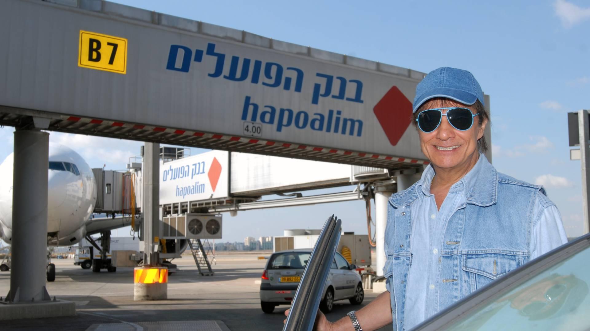 Roberto Carlos posa para foto no aeroporto de Jerusalém (30/8/2011)