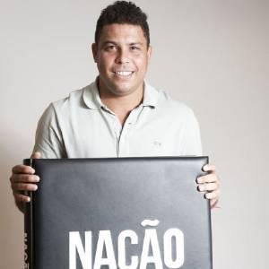 Cabeludo, Ronaldo posta foro em seu Twitter com o livro do Corinthians (1/9/11)