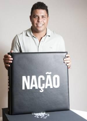 Cabeludo, Ronaldo posta foto em seu Twitter com o livro do Corinthians (1/9/11)