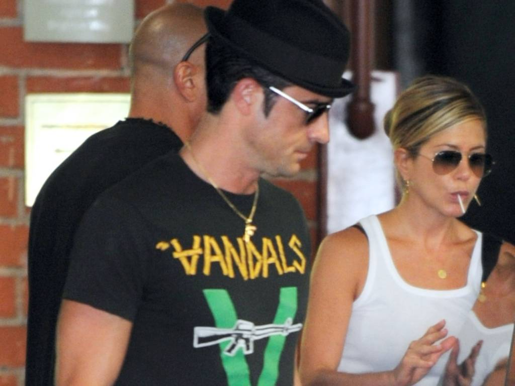 Justin Theroux, namorado de Jennifer Aniston, busca a atriz em sua aula de ioga (31/8/11)