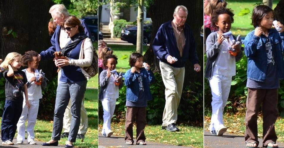 Pai de Angelina Jolie, o ator Jon Voight, passeia com  Shiloh (à esq.), Zahara e Pax (à dir)  em parque de Londres (30/8/11)