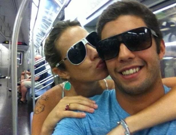 Luana Piovani e Pedro Scooby no metrô para Soho (2/9/11)